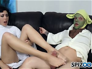 Daisy Haze strokes off yoda with her feet